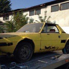 Fiat x1/9 transportowany do gruntownej renowacji