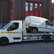 transport uszkodzonego dostawczego renault do warsztatu