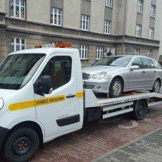 przewóz zepsutego Mercedesa kombi do warsztatu na autolawecie Renault Master