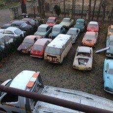 Parking z pojazdami zabytkowymi, które zostaną poddane renowacji