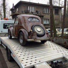 Fiat topolino przewożony na auto lawecie do renowacji