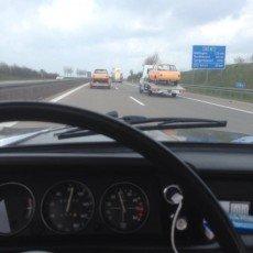zdjęcie zrobione z kabiny BMW 2002ti na którym widać dwie lawety transportujące również BMW 2002ti