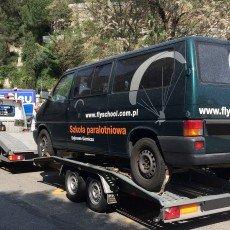 przewóz zepsutego VW transportera do warsztatu na autolawecie Renault Master