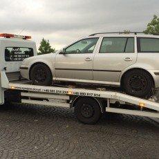 przewóz zepsutej Skody Octavia kombi do warsztatu na autolawecie Renault Master