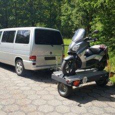 transport skutera na przyczepie przez VW transporter