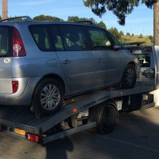 transport samochodu typu van marki renault